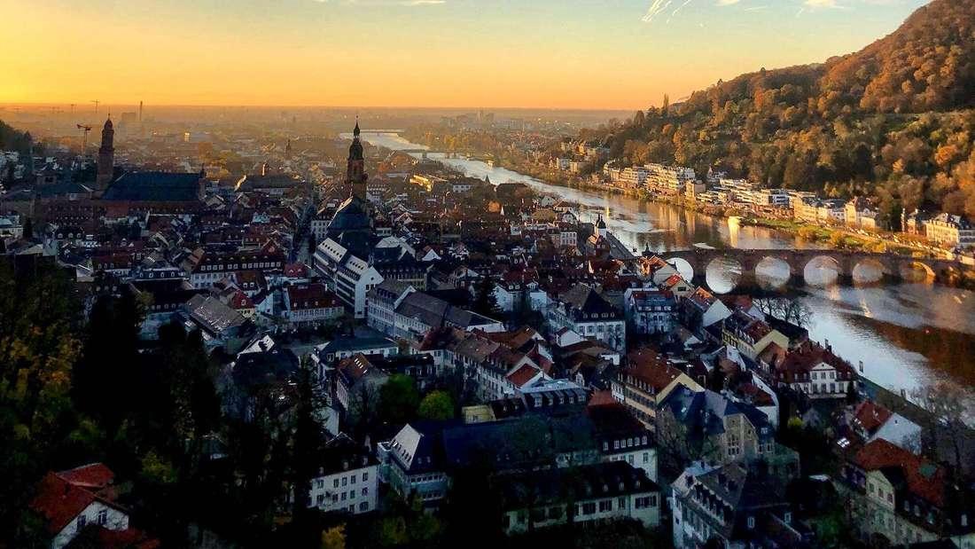 Kondenzstreifen am Himmel über der Altstadt.