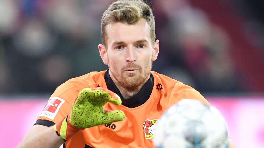 Lukas Hradecky von Bayer Leverkusen fokussiert einen Ball.
