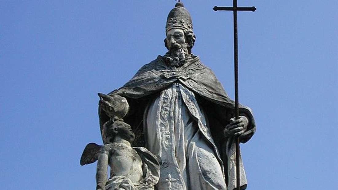 Statur von Papst Silvester in Mantua, Italien.