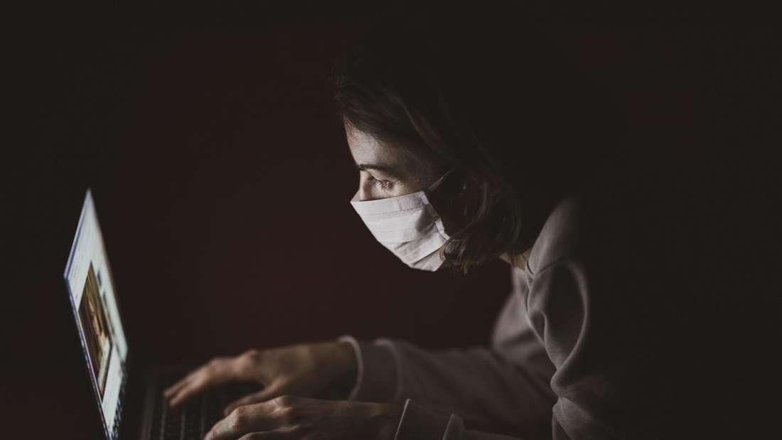 Wer in einer entfernten Region lebt, in der die ärztliche Versorgung nicht optimal ist, kann sich per Videosprechstunde von einem Arzt helfen lassen.