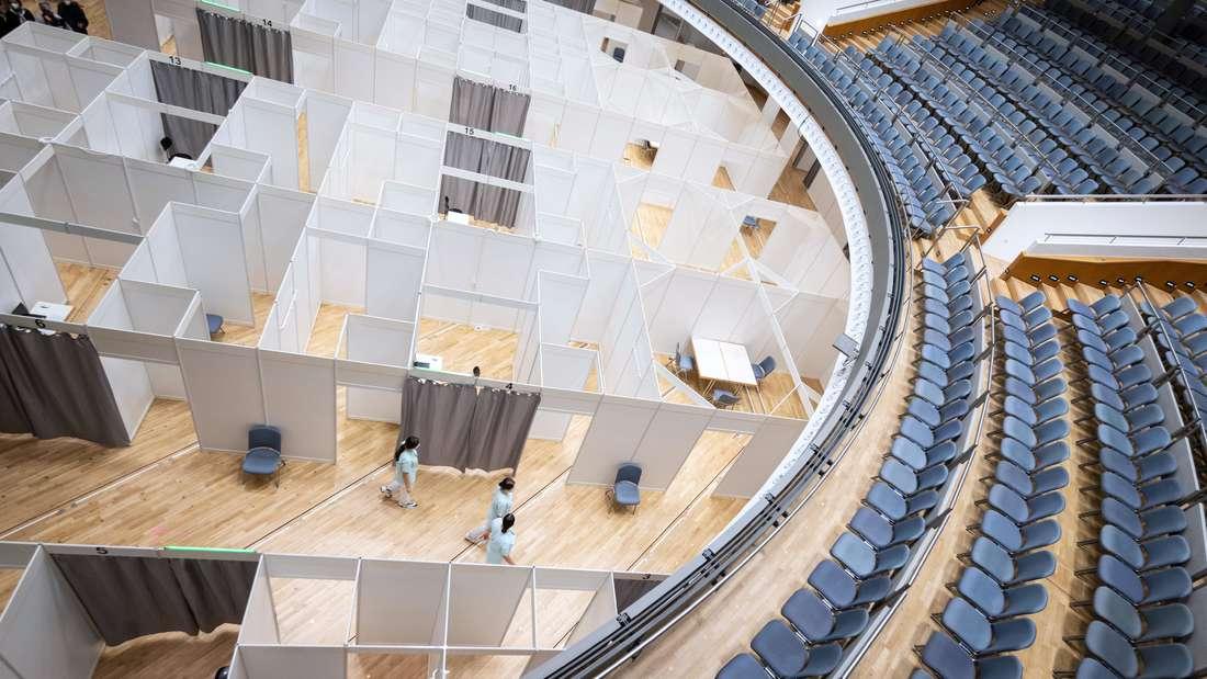 Pflegeschülerinnen des Klinikum Stuttgart gehen durch das Zentrale Impfzentrum des Klinikum Stuttgart in der Liederhalle. (zu dpa über die Vorbereitungen der Länder für regionale Impfzentren)   Aktuell