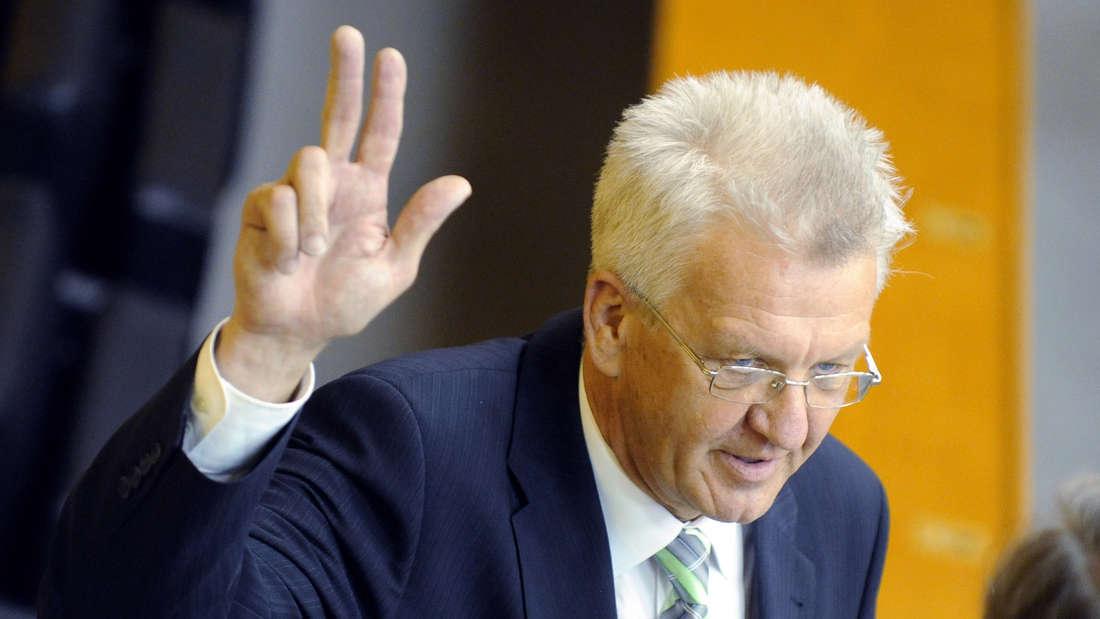 Winfried Kretschmann schwört nach seiner Wahl zum Ministerpräsidenten den Amtseid.