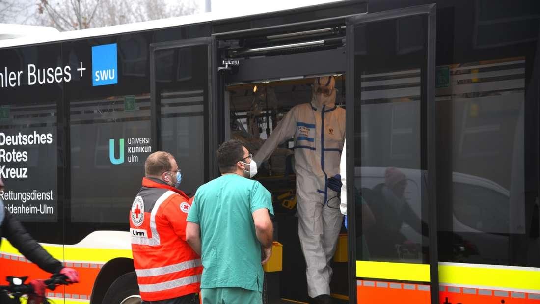 Ein zum Intensivtransporter umgebauter Bus verlegt Corona-Patienten der Uniklinik Heidelberg nach Stuttgart und Ulm
