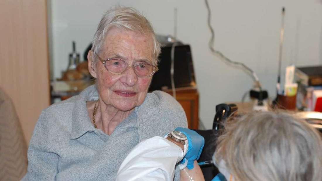 Die Schwetzingerin Ruth Frühauf wurde im GRN-Seniorenzentrum von einer Mitarbeiterin des Mobilen Impfteams geimpft