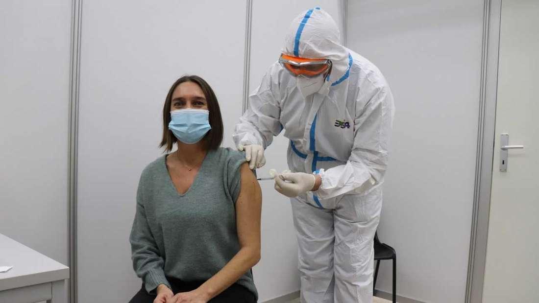 Maria Lommatzsch, Stationsleiterin am Universitätsklinikum Heidelberg, war am Sonntag, 27. Dezember, erste Person überhaupt, die im Zentralen Impfzentrum auf PHV in Heidelberg geimpft wurde