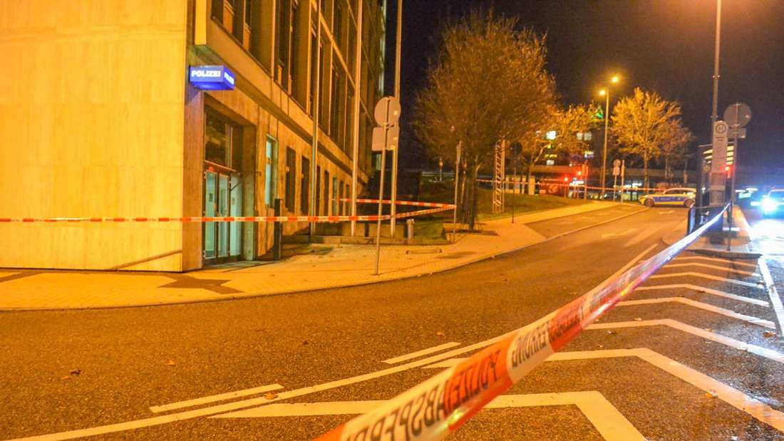 Der Eingang eines Polizeireviers ist abgesperrt.