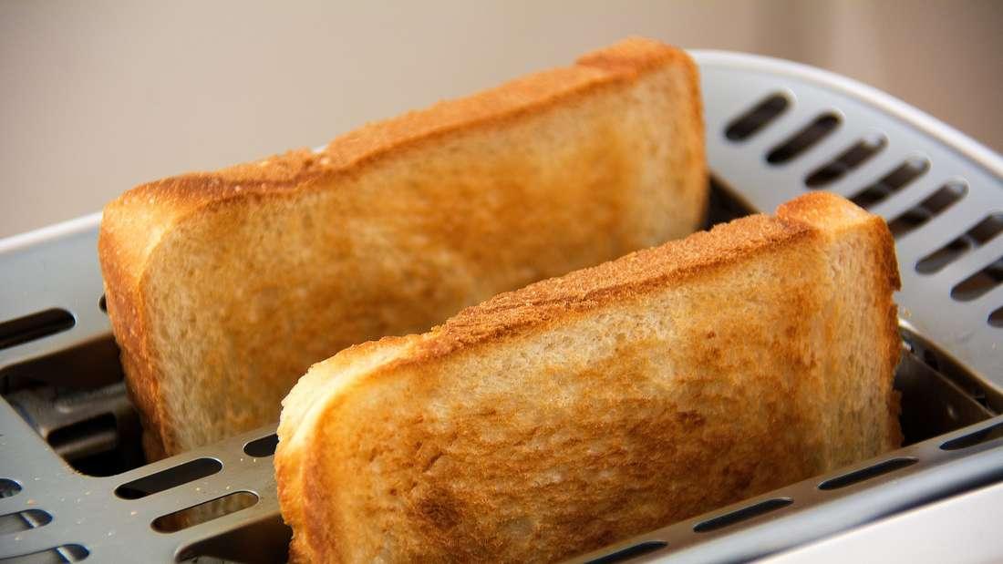 Zwei Toastbrote in einem Toaster