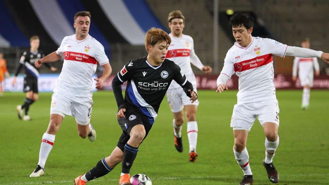 Ristu Doan von Arminia Bielefeld im Duell mit Wataru Endo vom VfB Stuttgart