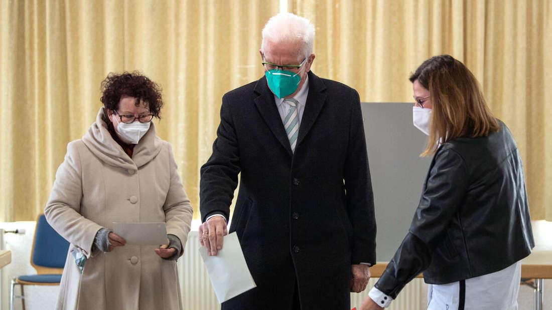 Winfried Kretschmann (Bündnis 90/Die Grünen), Ministerpräsident von Baden-Württemberg, und seine Frau Gerlinde geben ihre Stimme bei der Landtagswahl ab.
