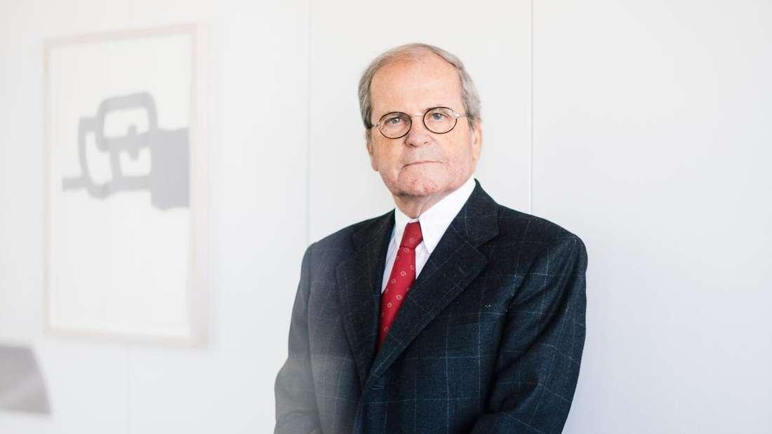 Manfred Lamy, langjährige Chef des Schreibgeräteherstellers Lamy, steht in einem Büro. Der Sohn des Firmengründers C. Josef Lamy starb bereits am vergangenen Sonntag im Alter von 84 Jahren. (zu dpa «Langjähriger Lamy-Chef gestorben») | Handout