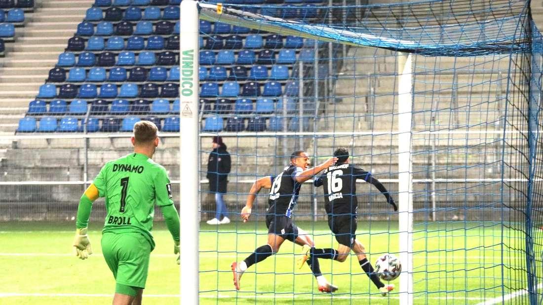 Rafael Garcia (r.) schießt den SV Waldhof zum Sieg gegen Dynamo Dresden.