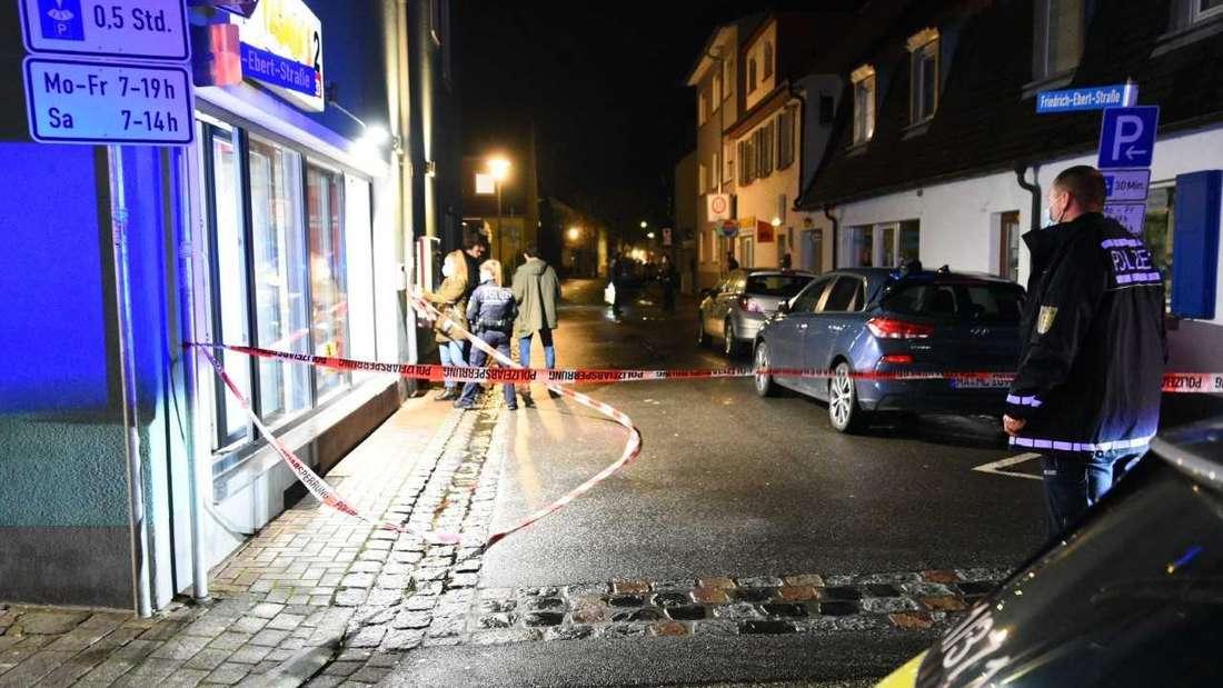 Der Tatort in Eppelheim wird abgesperrt – vor einem Imbiss in der Hauptstraße soll eine Person niedergestochen worden sein.
