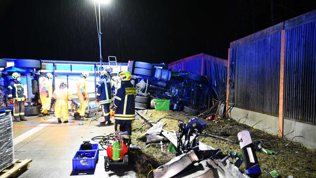 Sattelschlepper blockiert nach Unfall die A6 bei Hockenheim.