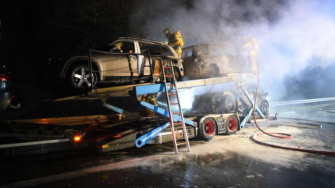 Auf der A6 Mannheim-Rheinau steht ein Autotransporter in Flammen.