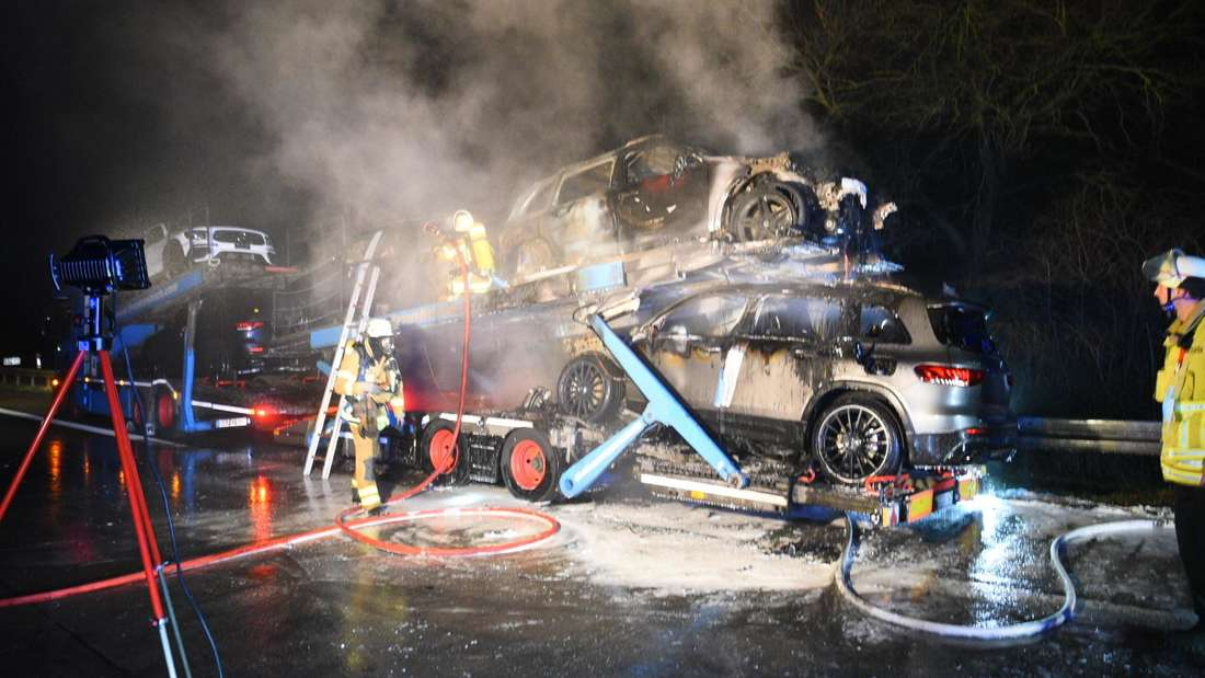 Der Transporter hat Mercedes Neufahrzeuge geladen.