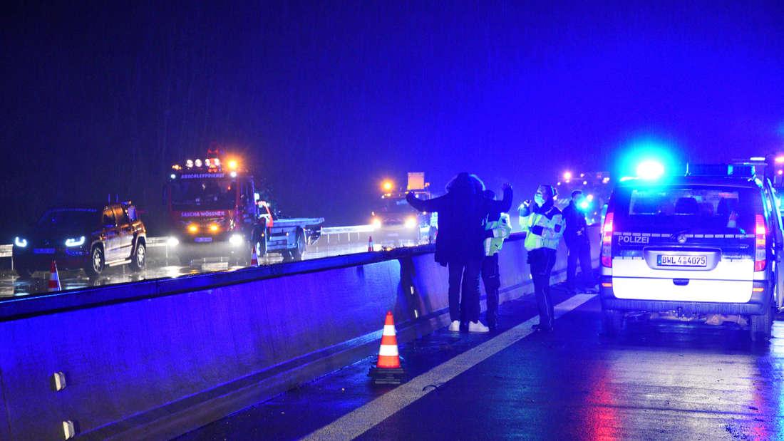 Nach Unfall auf A6 bei Mannheim: Hat einer der Mercedes-Insassen Drogen aus dem Fenster geworfen?