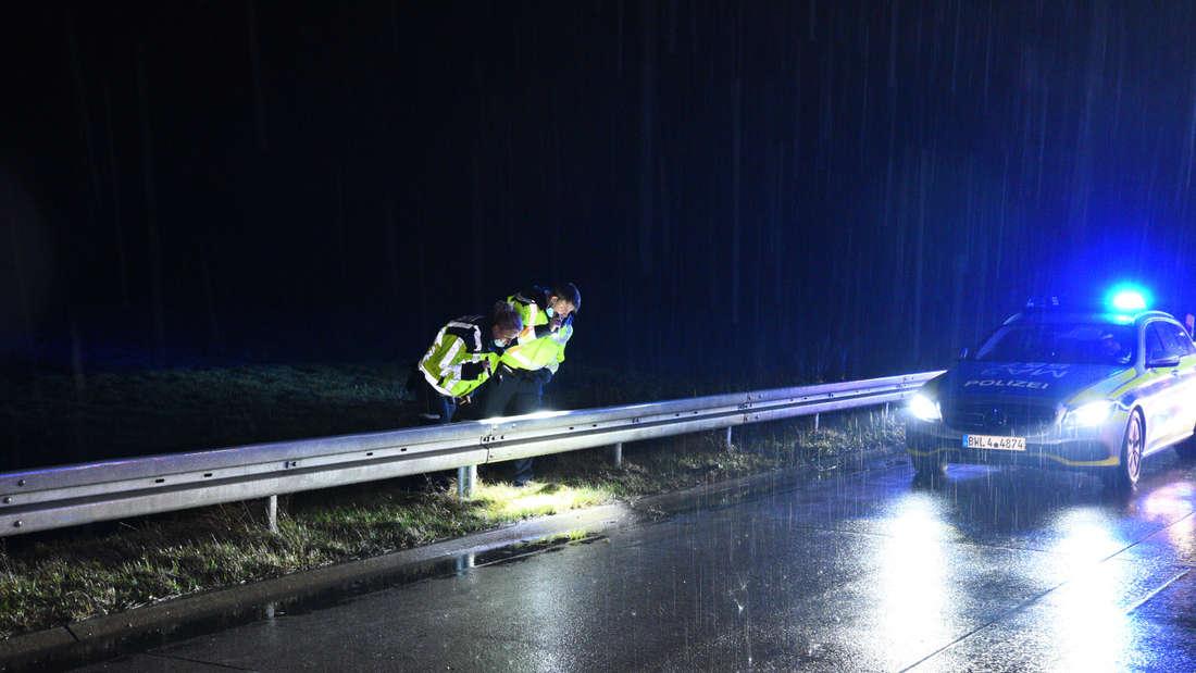 Nach Unfall auf A6 bei Mannheim: Polizisten suchen nach weggeworfenen Drogen.