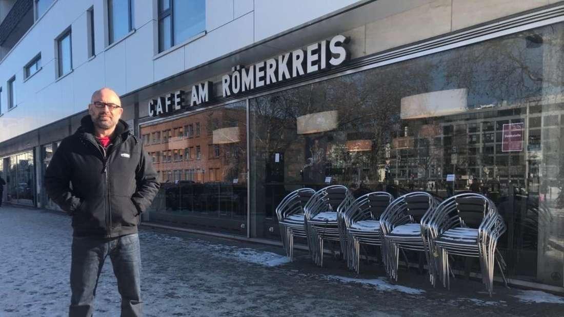 Peter Filsinger steht am 12. Februar 2021 vor dem P11 (Café am Römerkreis) in der Heidelberger Weststadt.