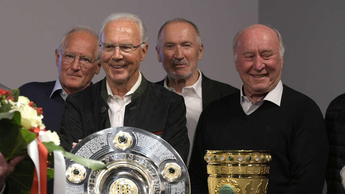 Bayerns Double-Legende Dieter Brenninger hinter dem DFB-Pokal.