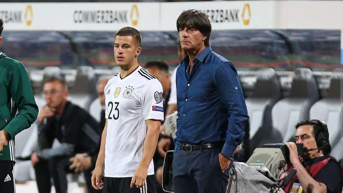 Diego Demme mit Bundestrainer Joachim Löw beim WM-Qualifikationsspiel der DFB Nationalmannschaft Deutschland vs. San Marino.