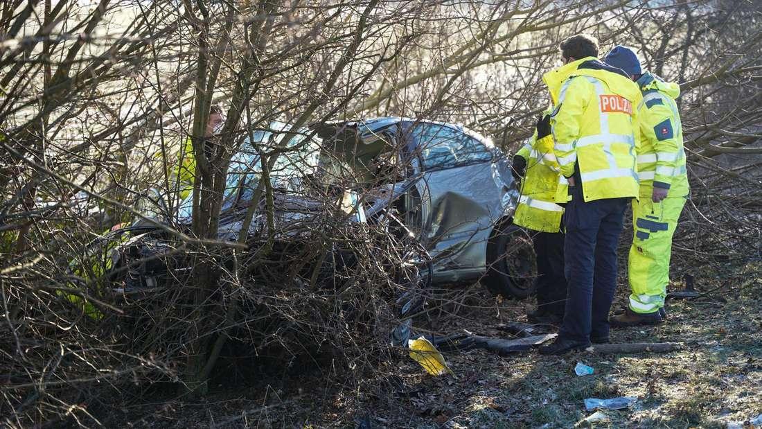Das Autowrack war nach dem tödlichen Unfall auf der A67 bei Büttelborn zwischen Bäumen kaum sichtbar.