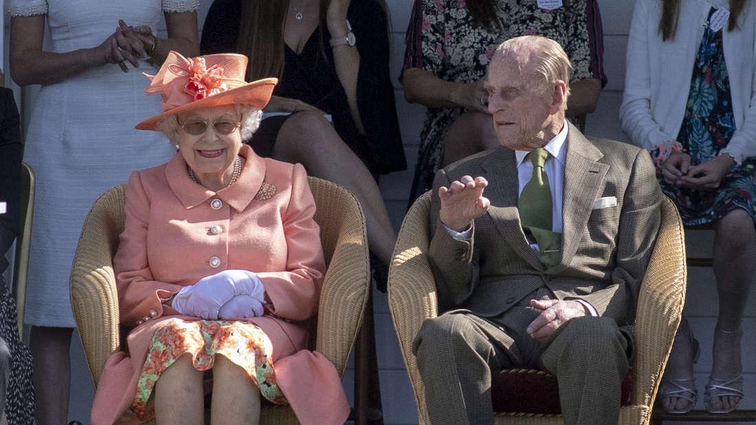Die britische Königin Elizabeth II. und Prinz Philip, Duke of Edinburgh, besuchen ein Polospiel.