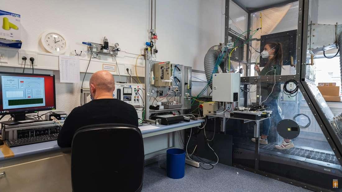 Stiftung Warentest: Probandin und Prüfer im Labor für den FFP2-Masken-Test.