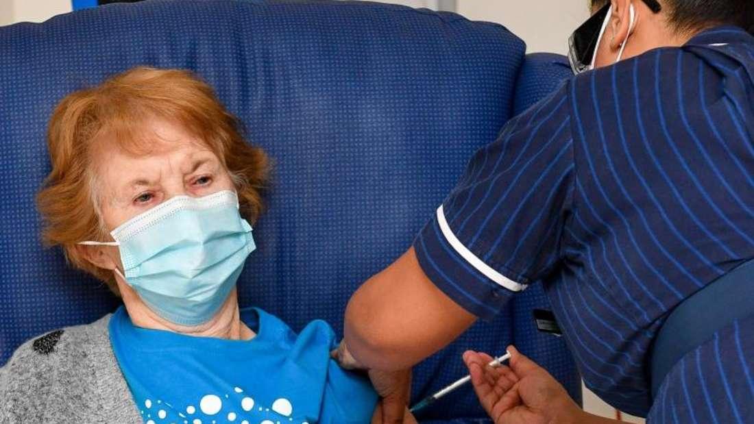 Die 90-jährige Margaret Keenan bekommt im Universitätskrankenhaus Coventry von Krankenschwester May Parsons den Pfizer/BioNtech-Impfstoff gegen das Coronavirus.