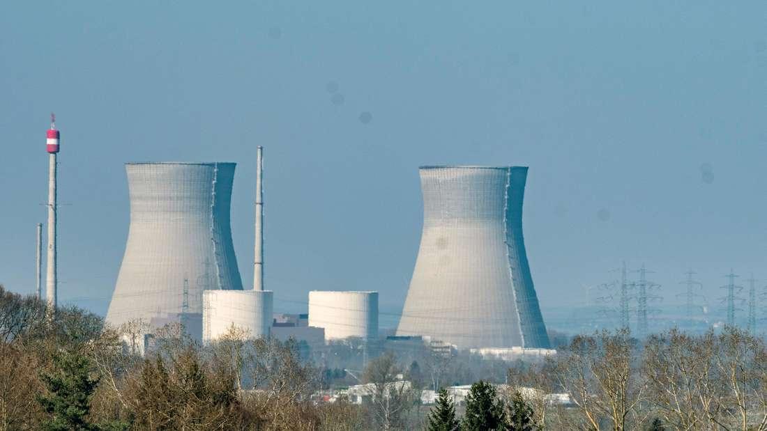 Panorama-Ansicht der Kühltürme des Kernkraftwerks Gundremmingen in Bayern.