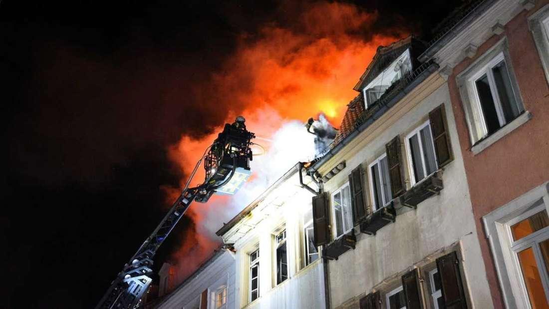 Aus bislang noch unbekannten Gründen ist in einer Einzimmerwohnung in der Hauptstraße in Heidelberg am 7. März ein Feuer ausgebrochen, kurz danach schlagen die Flammen auf das Nachbargebäude über.