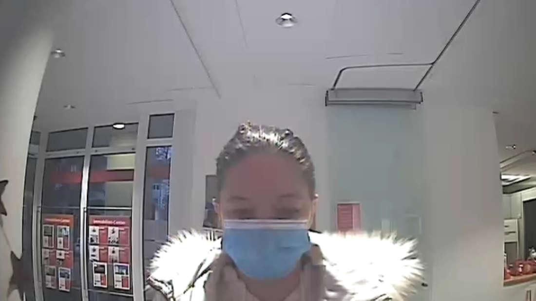 Am 7. Dezember 2020 wurde Diana Bodi in einer Sparkasse in Aidlingen bei Stuttgart von einer Überwachungskamera aufgezeichnet.