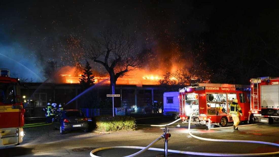 Die brennende Sporthalle der Geschwister-Scholl-Schule in Heidelberg-Kirchheim.