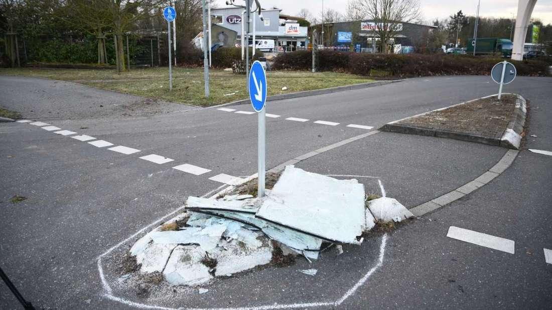 Trümmerteile liegen nach einer Geldautomaten-Sprengung in Schwetzingen auf einer Verkehrsinsel verteilt.