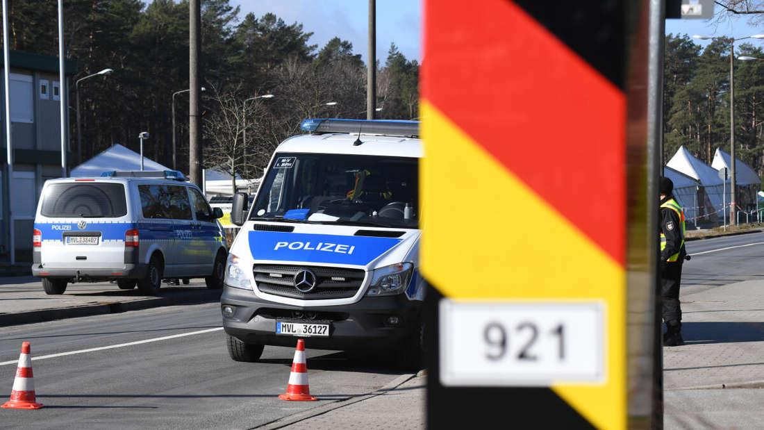 Polizisten der Landespolizei kontrollieren vor dem Grenzübergang Ahlbeck den Verkehr.