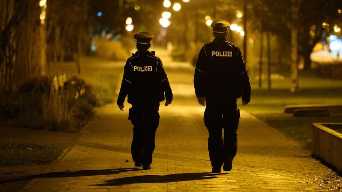 Die Polizei kontrolliert die nächtliche Ausgangssperre. (Symbolfoto)
