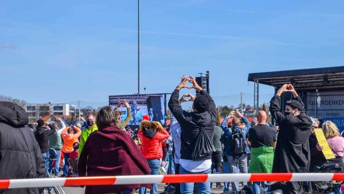 Demo in Sinsheim: Die Polizei riegelt das Gelände ab, da die Kapazitätsgrenze von 800 Personen erreicht ist.