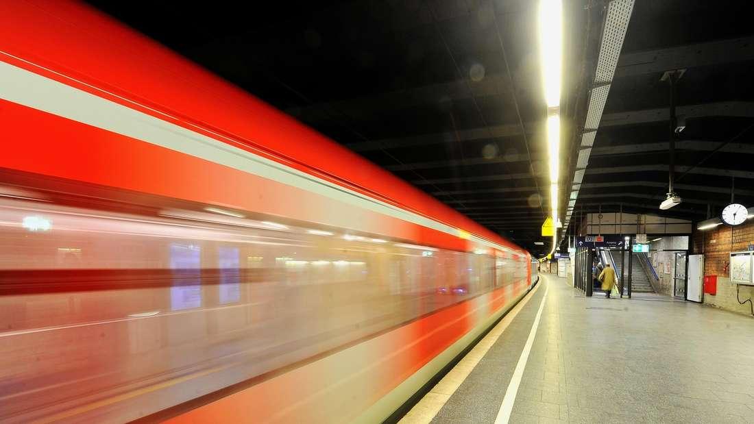 Kurz nachdem eine Frau einen Jungen (9) im Bahnhof Neckarsteinach ins Gleisbett gestoßen hat, rollte eine S-Bahn ein. (Symbolfoto)