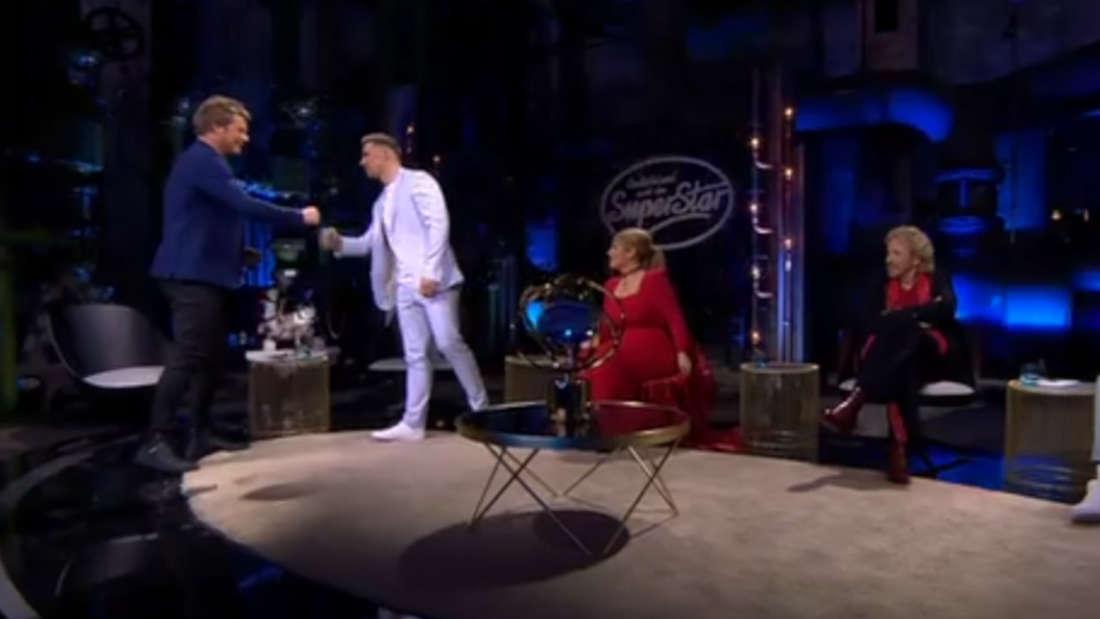 Maite Kelly, Mike Singer, Thomas Gottschalk sitzen auf der Bühne. Ramon Roselly reicht grade Oliver Geissen die Hand