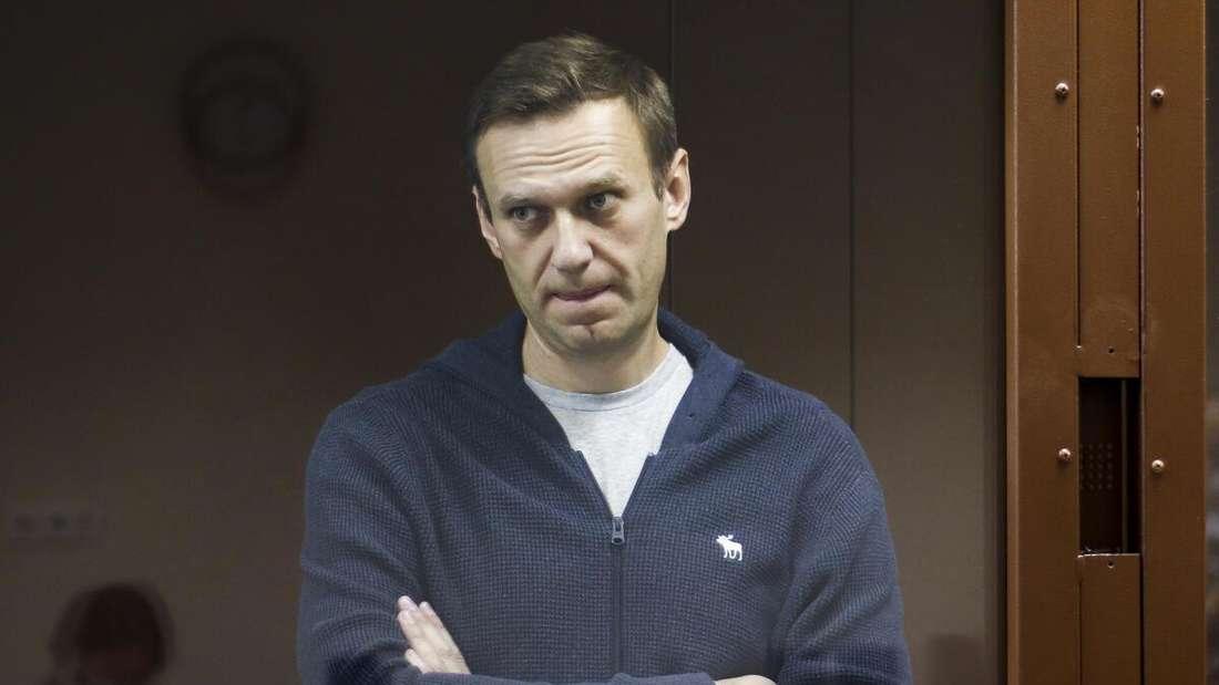 Der Kreml-Kritiker Alexej Nawalny steht bei seiner Verhandlung im Februar 2021 im Bezirksgericht Moskau.