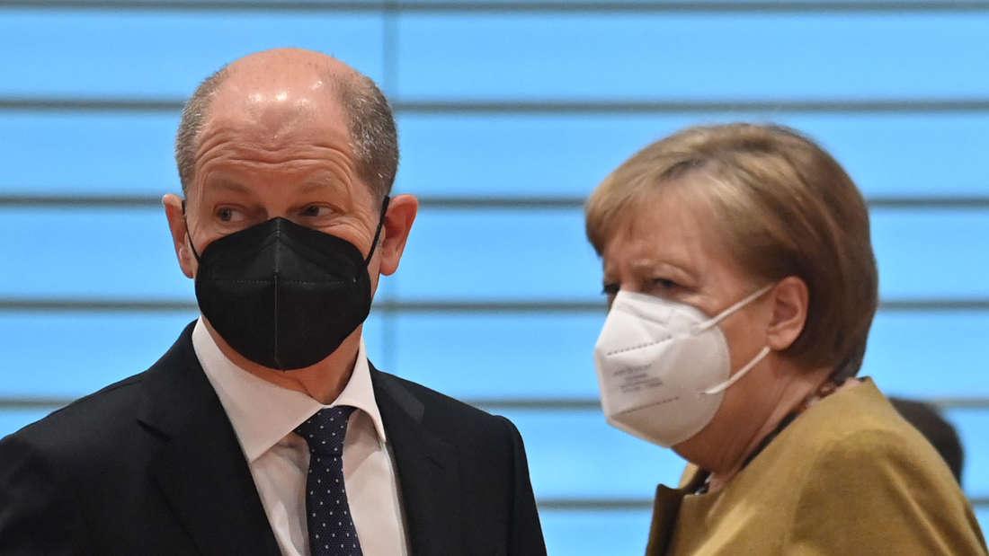 Kanzlerin Angela Merkel spricht mit Finanzminister Olaf Scholz vor eine Kabinetts-Sitzung im Bundeskanzleramt, beide tragen Mund-Nasen-Schutz.