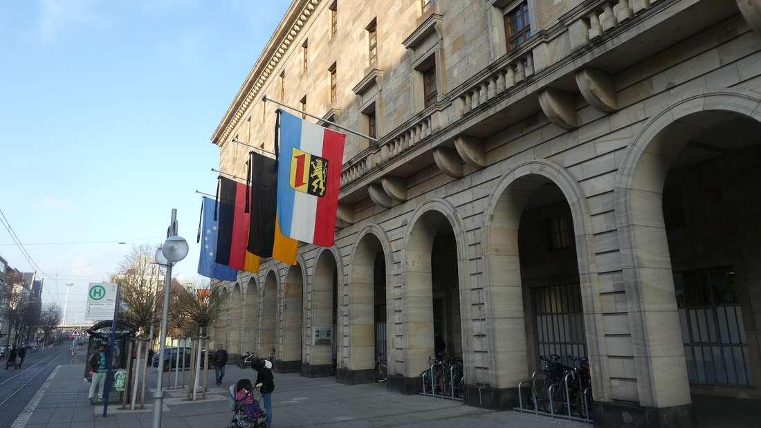 Zum Gedenken der Corona-Todesopfer trägt das Mannheimer Rathaus Trauerflor. (Archivbild)