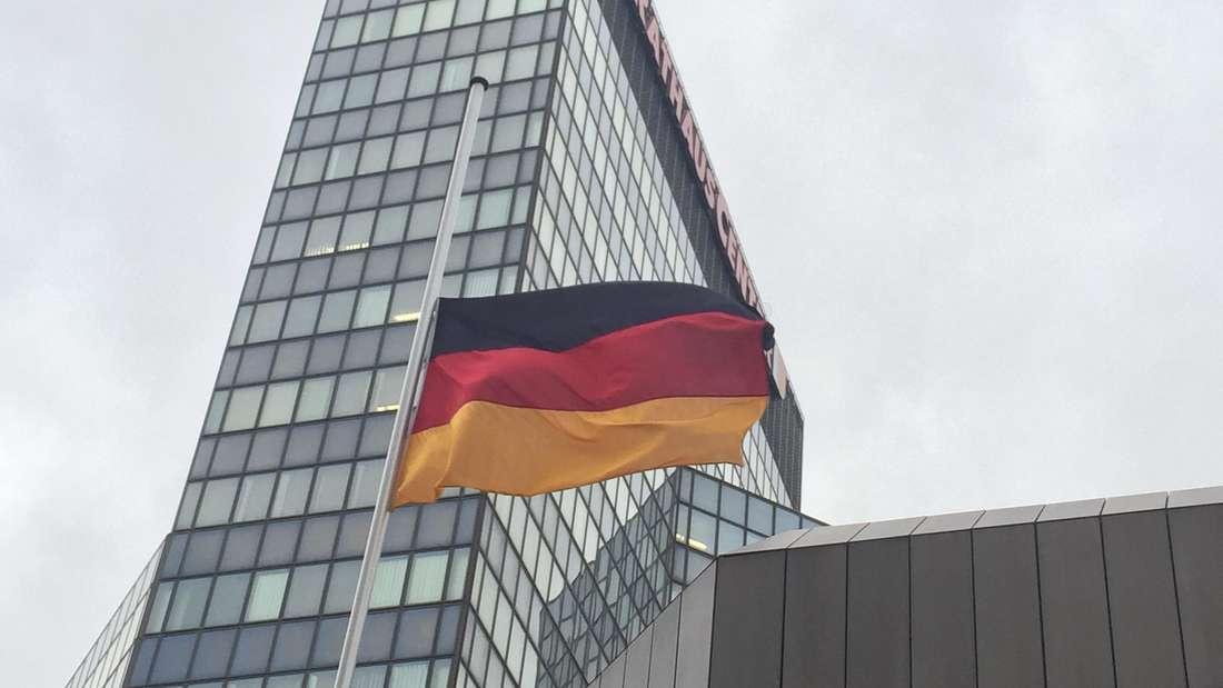 Halbmast am Rathaus in Ludwigshafen.