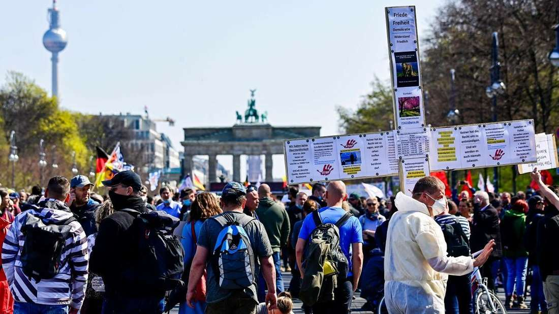 Tausende Corona-Leugner und Querdenker? Die Demo gegen die Corona-Notbremse in Berlin, im Hintergrund das Brandenburger Tor.