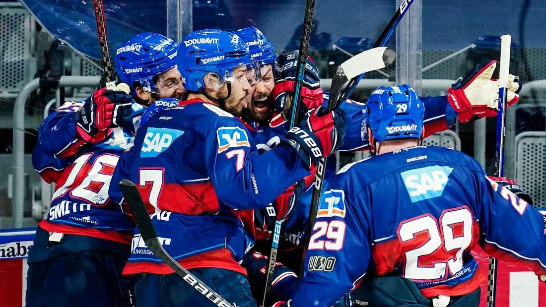 Die Adler Mannheim jubeln über das Weiterkommen gegen die Straubing Tigers.