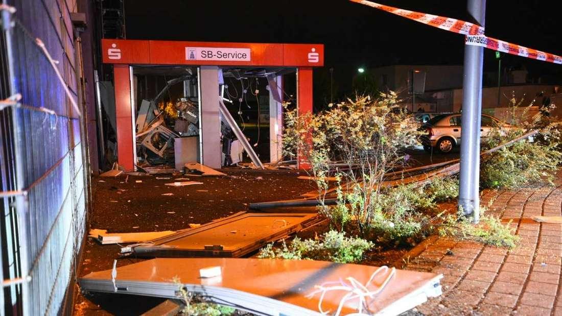 Der völlig zerstörte Geldautomat in der Mannheimer Straße in Brühl.
