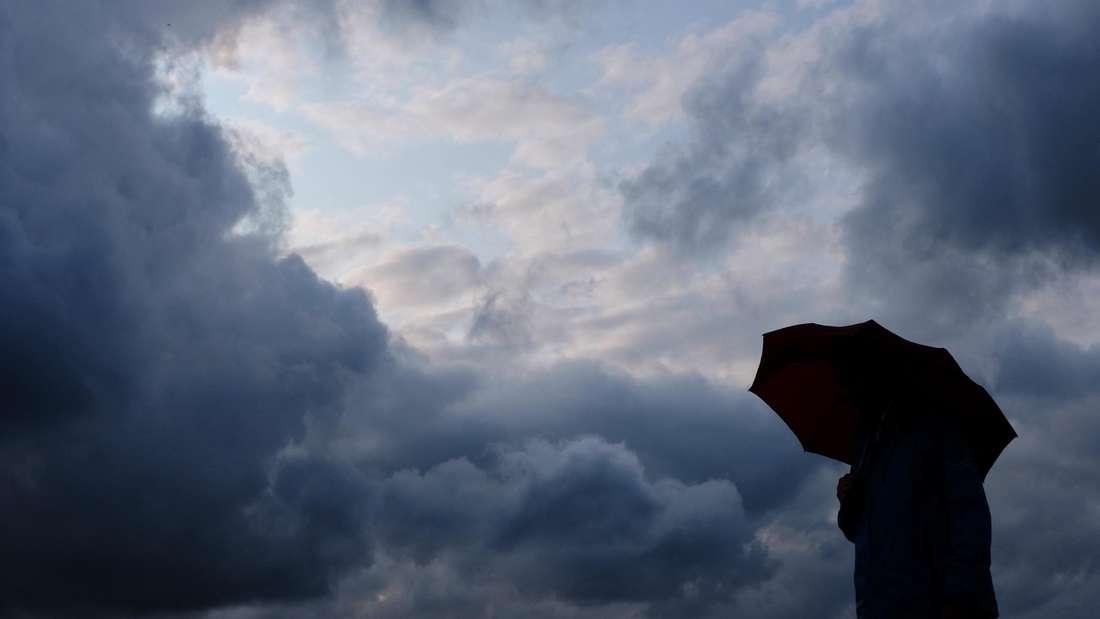 Ist das schon der Herbst? Zumindest fühlt sich das Wetter heute so an. Grauer Himmel und mancherorts heftige Regenschauer.