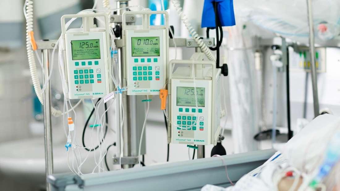 Medizinische Geräte auf einer Intensivstation in einer GRN-Klinik (Archivbild).