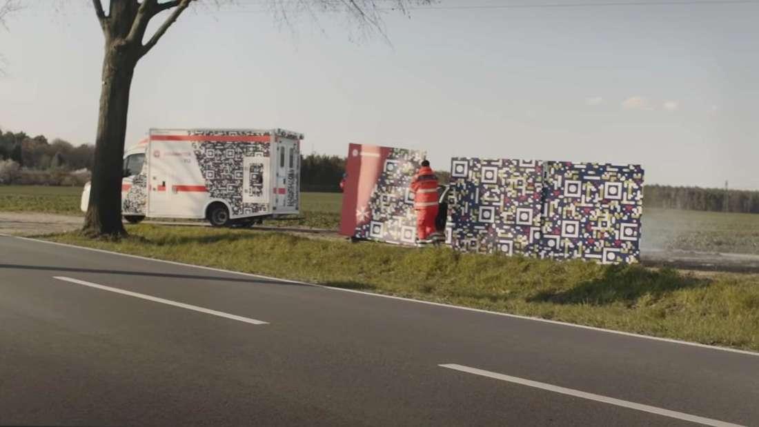 Mit QR-Codes an Unfallstelle und Rettungswagen: Johanniter sagen Gaffern den Kampf an.
