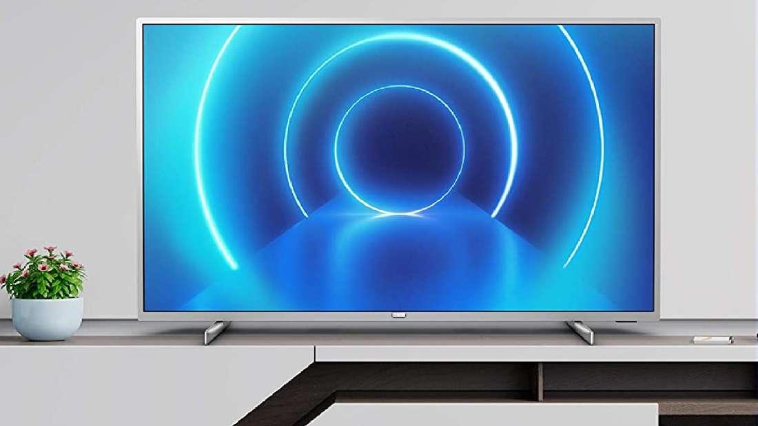 Philips Fernseher der Modellreihe PUS7555/12 auf einem TV-Board.