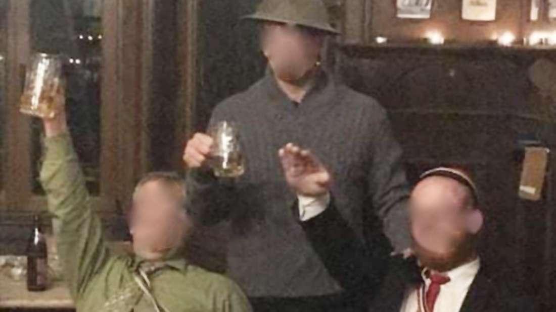 Ein Burschenschafter zeigt den Hitlergruß. Das Foto soll im Haus der Normannia in Heidelberg aufgenommen worden sein.